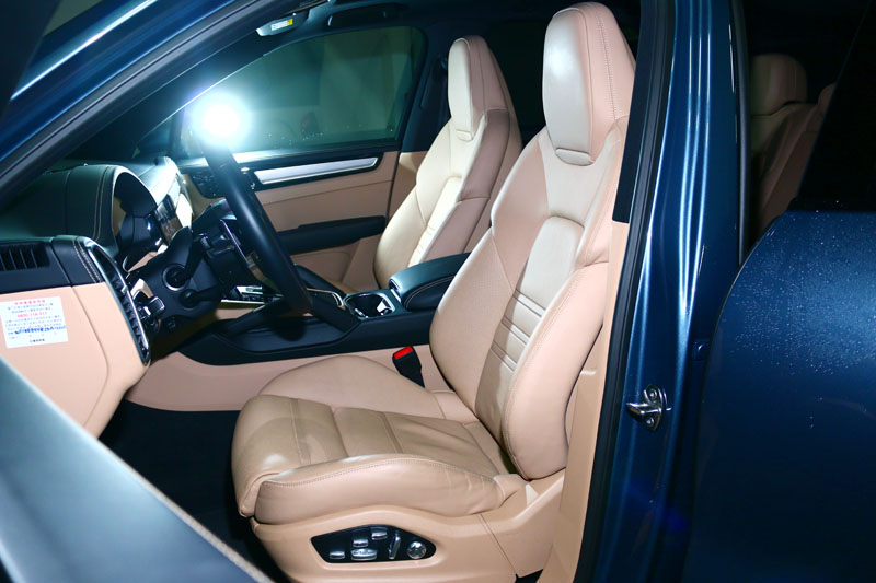 原廠提供之試駕車選配了18向前座全功能電動調整跑車座椅〈加選通風與加熱功能〉。
