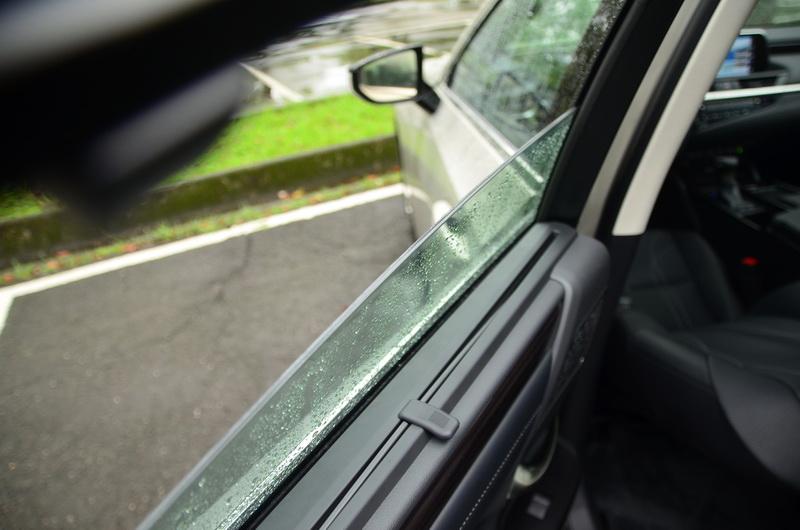 加厚的隔音玻璃再度強化了車艙的寧靜度表現