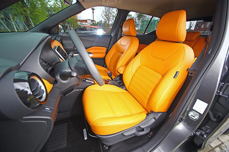 橘色座椅不僅包覆性不錯,支撐性與舒適性更是了得。