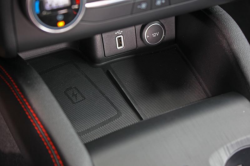 位於中控下方的Qi無線充電面板,隨時給你滿滿電量。