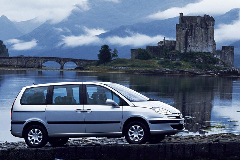 2002年發表的PEUGEOT 807承襲前身PEUGEOT 806的一切優點,並且更加摩登舒適。