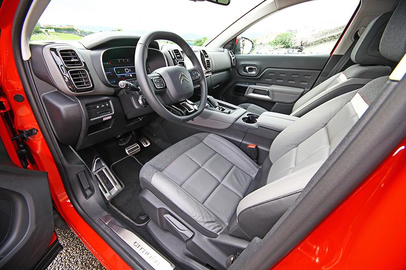 方中帶圓的座艙,細節設計處處是驚喜。