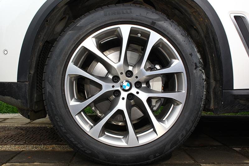 X5 xDrive40i旗艦版標配20吋前後配胎圈,豪華版則為19吋。