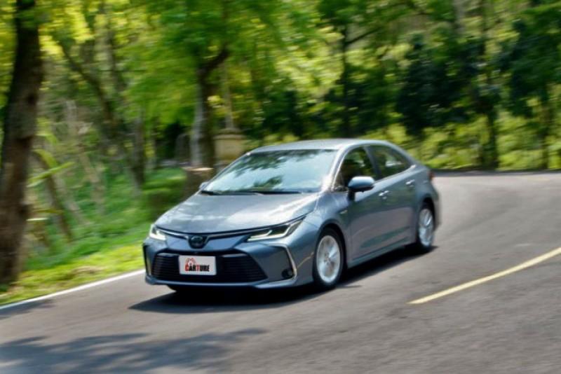 即便車尾多了重量不輕的電池模組,但尾部的動態依舊相當受控,駕駛者對路線的掌握度上也能更有信心