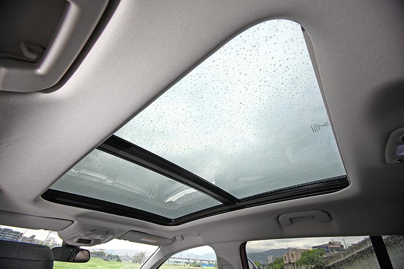 大面積全景式天窗前半部可開啟,同時具備電動遮陽簾設計以防艷陽曬傷。