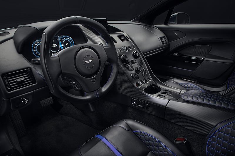座艙儀表換上10吋數位螢幕,其餘仍採碳纖維飾板與皮質鋪陳,展現應有的高貴運動身分。
