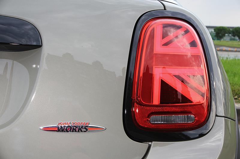 方格旗尾燈是小改款後的新指標。