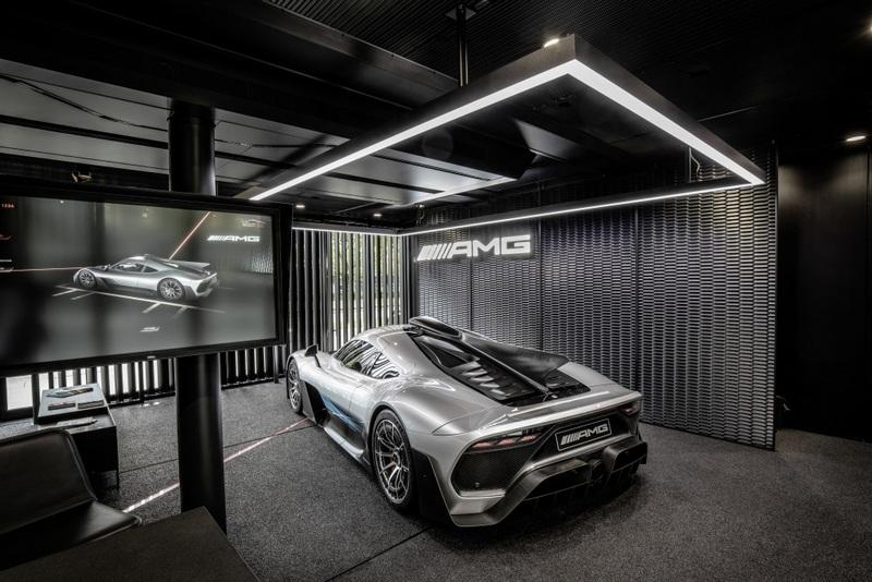 Mercedes-AMG ONE流線身形的設計提供絕佳的流體力學,誇張的下擾流飾鈑於高速駕駛也能給予穩定的表現,車尾兩段式可調設計尾翼也能提供強大下壓力。
