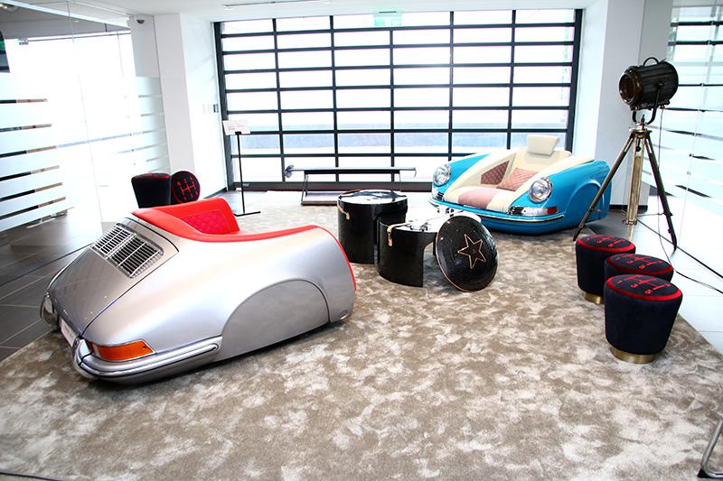 MOBELLIO展示了一系列以汽車為發想的家具產品,其中最受矚目的當屬以Porsche經典車款901車體零件打造的座椅組,並可接受客製化訂製服務,買家可自行選擇烤漆、皮革顏色與樣式等。