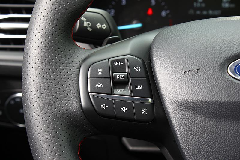 ACC主動式定速巡航調節系統能於0~200km/h區間作動,並具備Stop&Go跟車到停/停車起步功能,搭配LCA車道導正輔助系統後成就超越同級的Level 2自動駕駛能力。