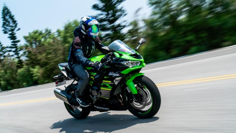 6R適當的手把高度、膝蓋自然彎曲的腳踏位置駕駛起來令人輕鬆自在,甚至有騎上街跑車的錯覺。
