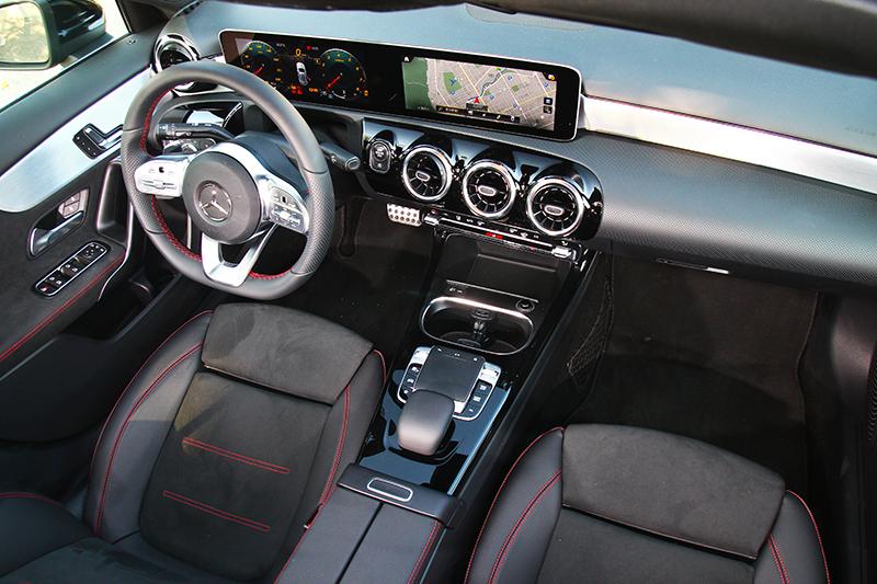 A250車型座艙透過麂皮材質與紅色車縫線營造熱血氛圍。