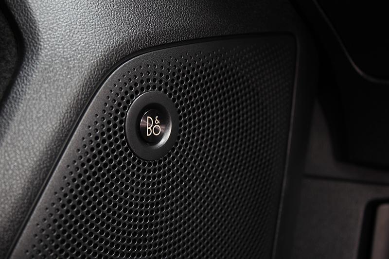 具備10支揚聲器的頂級B&O重低音環艙音響系統,創造絕佳聆聽饗宴。