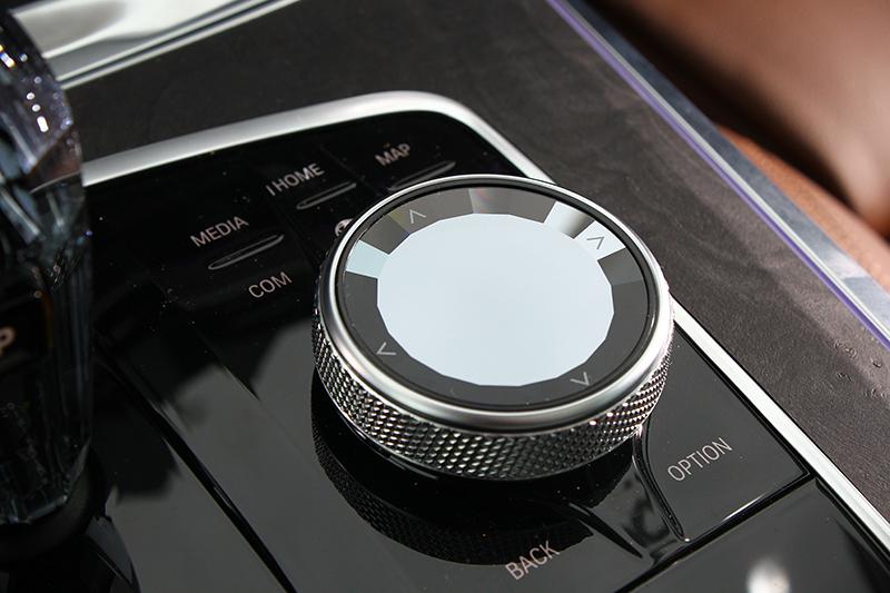 iDrive中文手寫觸控旋鈕也覆以水晶材質處理。
