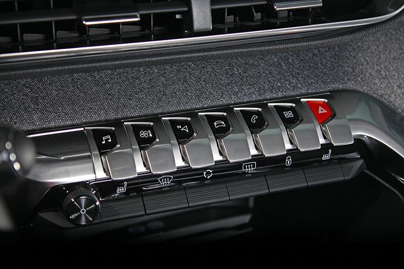 看看那細膩的鍍件以及按鍵設計風格,這車不只是日用品,簡直快成為藝術精品。