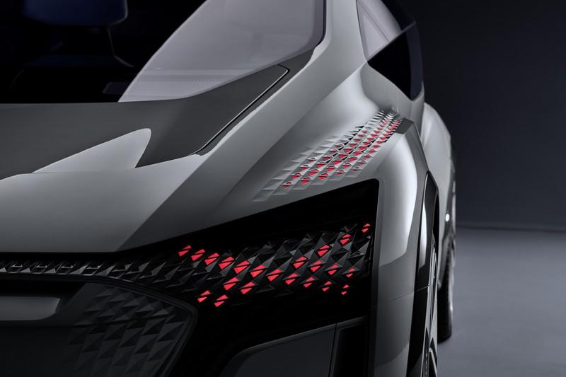 頭燈能透過燈號與圖形讓行人了解車輛動向。