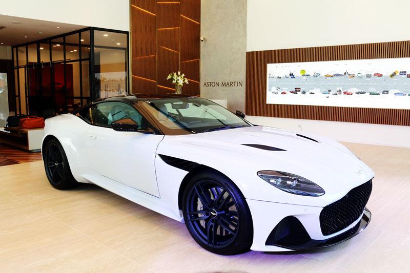 首度發表Aston Martin旗艦性能車款、集輕量和狂暴性能於一身的全新DBS Superleggera。