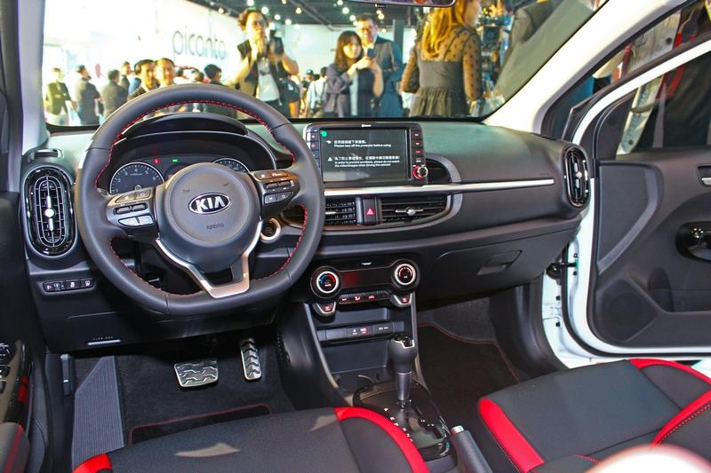 Picanto GT-Line內裝配置D-Cut運動化方向盤、防滑鋁合金踏板組等內裝組件,中控檯懸浮式8吋觸控觸控式多媒體系統