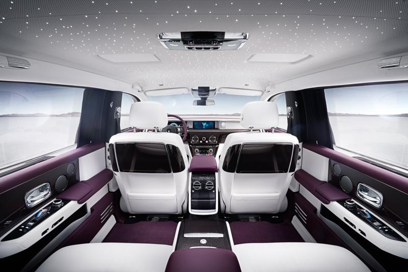 後座乘客眼前所及的前座椅背的木飾設計巧妙隱藏了野餐桌與後座螢幕,並可藉由後座中央控台以電動化操作,一個按鍵的彈指間,就能把餐桌與螢幕移動到定位。為了呈現獨有的星光頂篷,新一代Phantom並不提供天窗選擇。