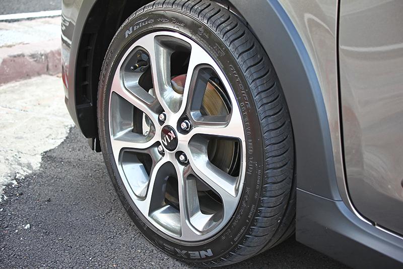 標配195/45 R16超扁跑胎,用看的就覺得帥,更何況鋁圈造型還是私以為近年來最好看的幾咖之一。