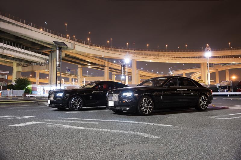 東京都相當知名的改裝車聚地點Daikoku Parking Area停車場,Wraith Black Badge與Ghost Black Badge在此留影顯得格外出眾。