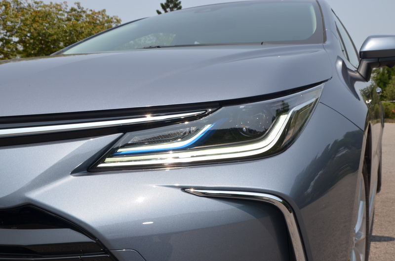 Hybrid車型的日行燈飾條輔以藍色作為基底,在細節處的點綴頗具畫龍點睛效果