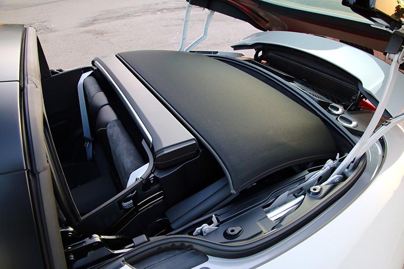 軟篷車結構開啟後可收納於後座後與引擎上方的空間中。