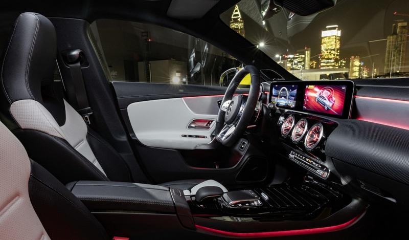 除了雙10.25吋數位螢幕與MBUX系統外,CLA 35還有跑車座椅與麂皮飾板。