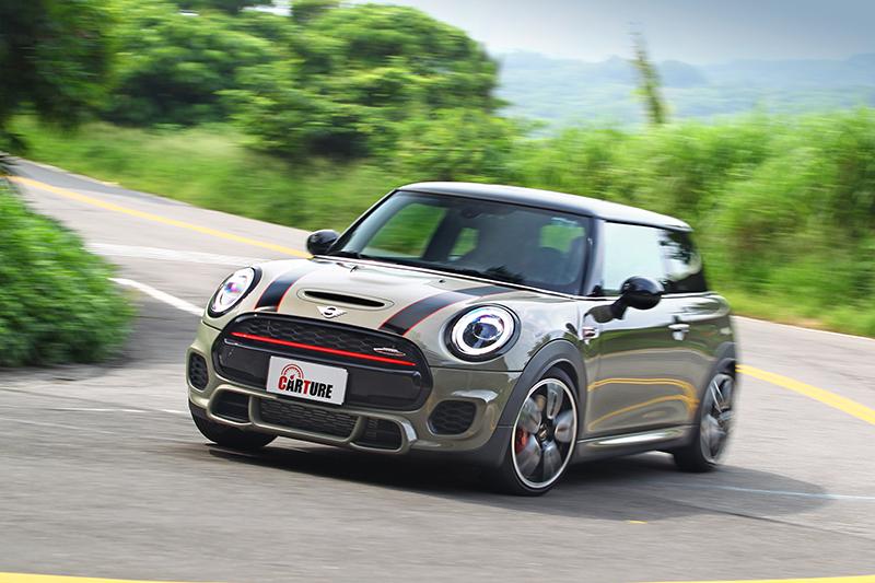 彎道反應比起Cooper S更為迅速俐落,車頭就感受上也彷彿輕上不少。