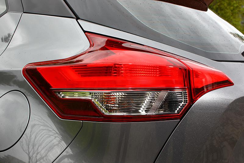 不規則形後尾燈設計讓車尾更顯精神。