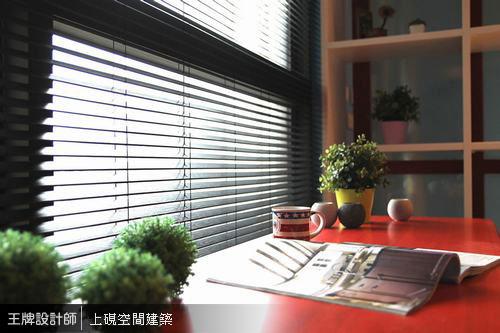 日光穿透咖啡色百葉窗簾灑落柔和光暈,營造沉澱閱讀氛圍。