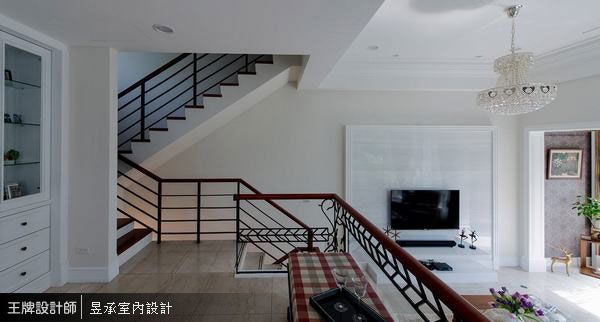 深色的踏階扶手加上黑色鐵件欄杆,在優雅簡約的白色美式空間中,勾勒出美麗的空間線條。