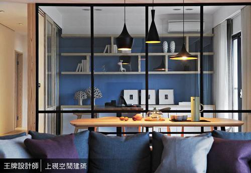 延伸視野可越過餐廳,並穿透書房隔間牆直抵後方展示櫃,形塑層次有致的空間景深。
