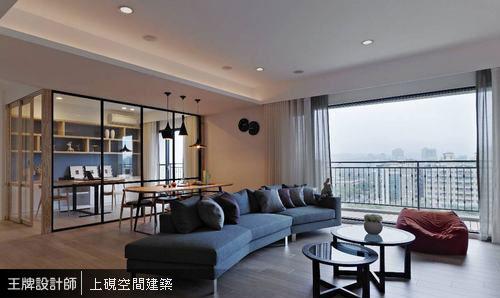 造型沙發、懶骨頭與視線端景處的藍色主牆,營造明亮活潑的空間氣氛。