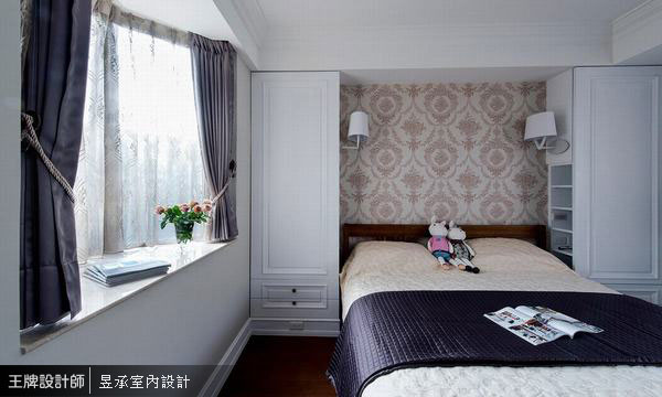 主臥室的八角窗台經過設計規劃,卻正巧讓空間有了另一種獨特面貌。