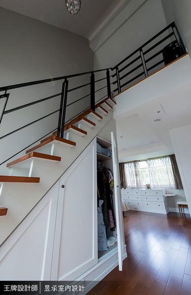 位於三樓的姊妹房利用通往閣樓的梯下空間,設計了隱藏版的收納衣帽櫃。