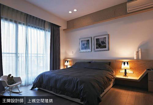 主臥房中透過簡約俐落的床頭規劃,鋪敘沉穩靜謐的臥眠氛圍。