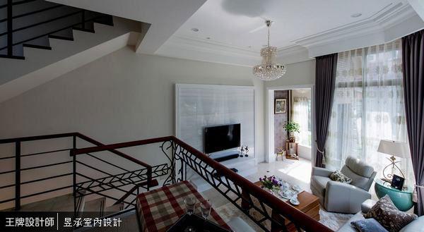 以俯瞰角度欣賞這個家的客廳空間,挑高的天花板,搭配客廳的傢俱擺設,讓整個空間更具有向內聚集的凝聚感,呈現非常融洽的串聯關係。