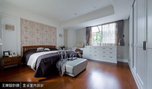 雙面皆有採光的主臥室,利用簡單的線條及壁板,描繪出美式居家的精緻優雅氛圍,而豐富多元的收納設計,更是女主人的最愛。