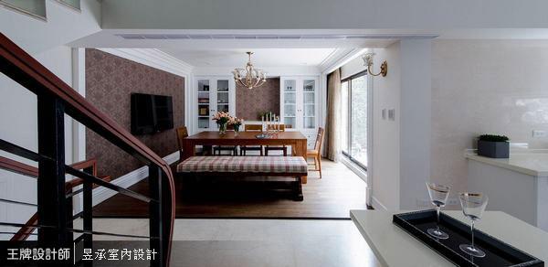 打開餐廳面對陽台的窗扇,讓陽光可以自由進出,配上屋主特別挑選的長型餐桌及舒適餐椅,明亮又溫馨的用餐環境,非常適合家人及親友聚會!