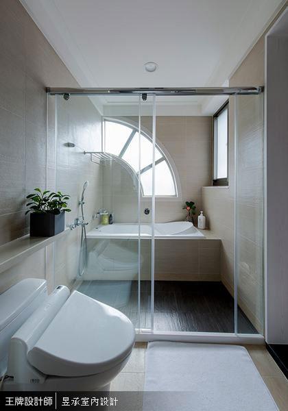 擁有扇形採光窗的明亮浴室,正是姊妹們下班回家後,洗卸一身疲累的舒適小天地。