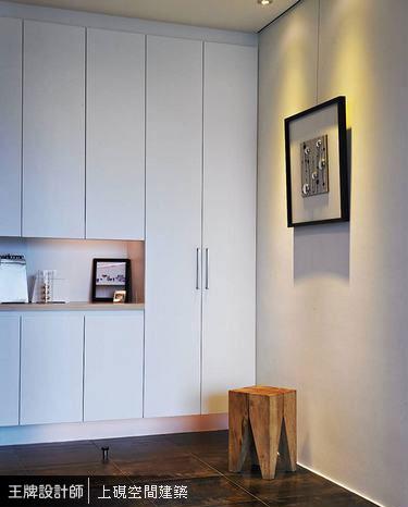 紋理近似水墨畫的仿金屬磚地坪,分界獨立玄關機能。