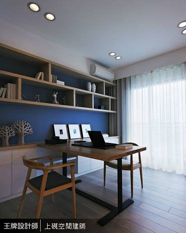 加深桌面的書桌設計,可讓屋主與小女孩同桌閱讀與陪伴。