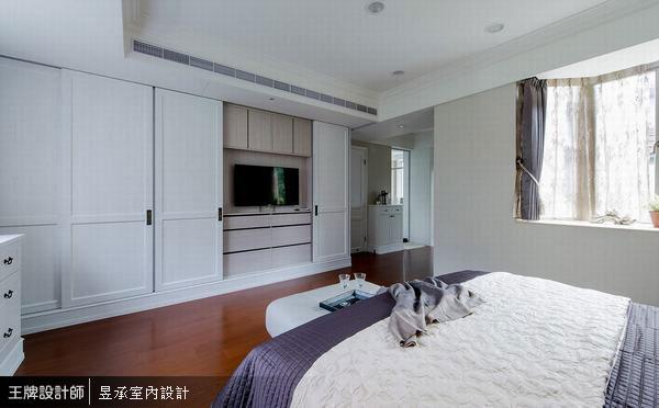 主臥室包含睡眠區、更衣室、茶水櫃及寬敞舒適的主臥衛浴,機能設計十分齊全。