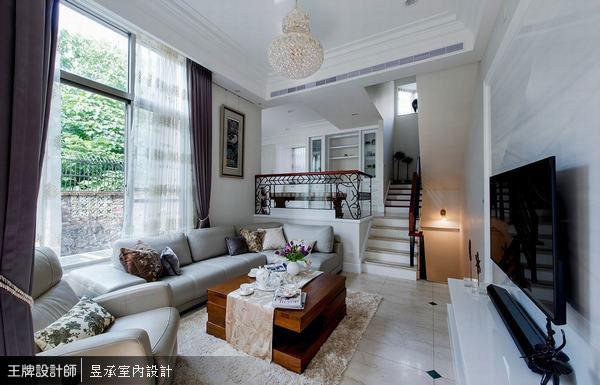 運用複層式地坪,堆疊出別墅空間的視覺層次感和美式風格的精緻氣氛。