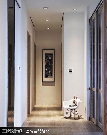 退縮七十公分的書房牆面後,讓出敞闊明亮的廊道動線。
