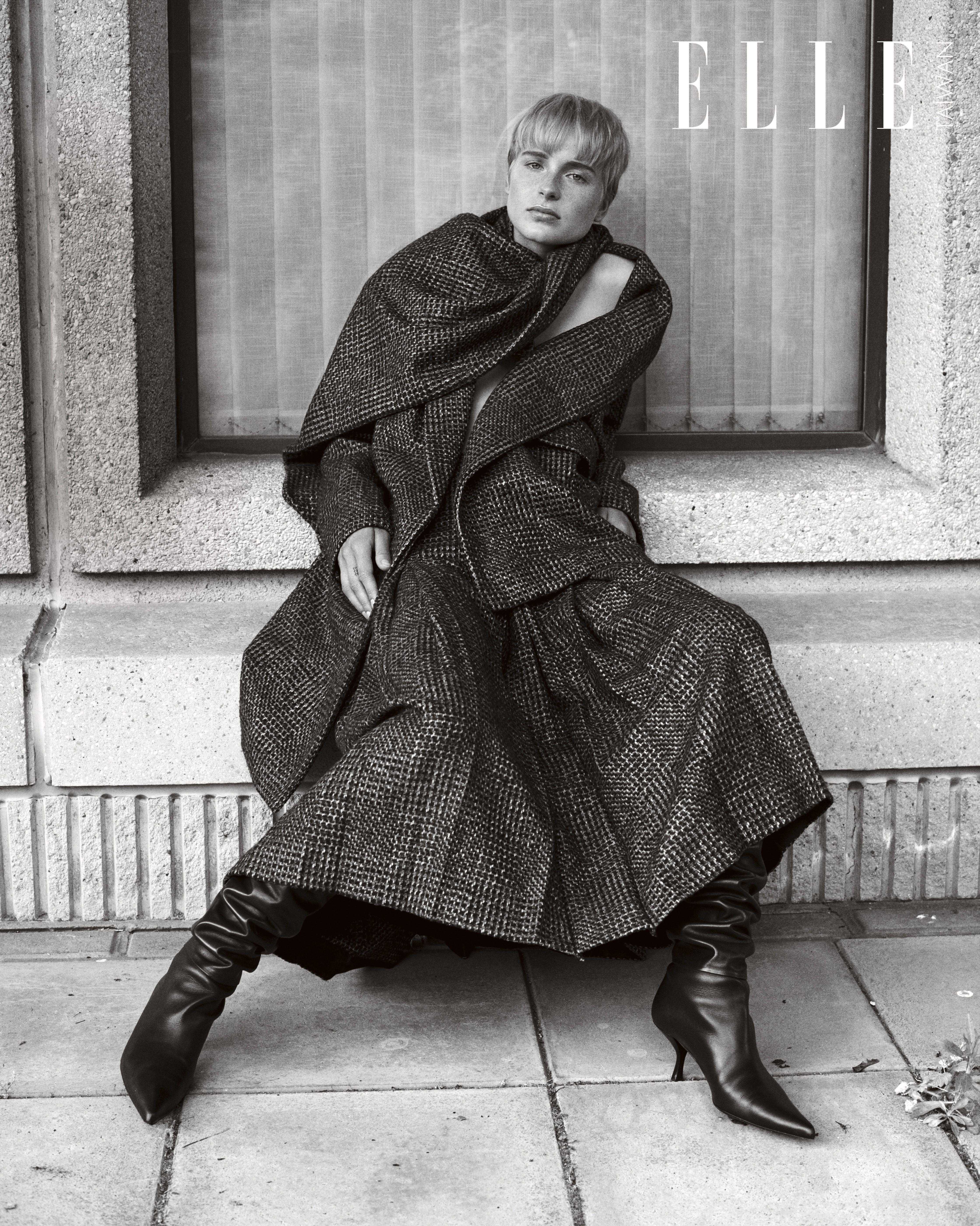 灰色披巾造型格紋外套、壓紋長裙、勃艮第皮靴(ALL BY THE ROW)。