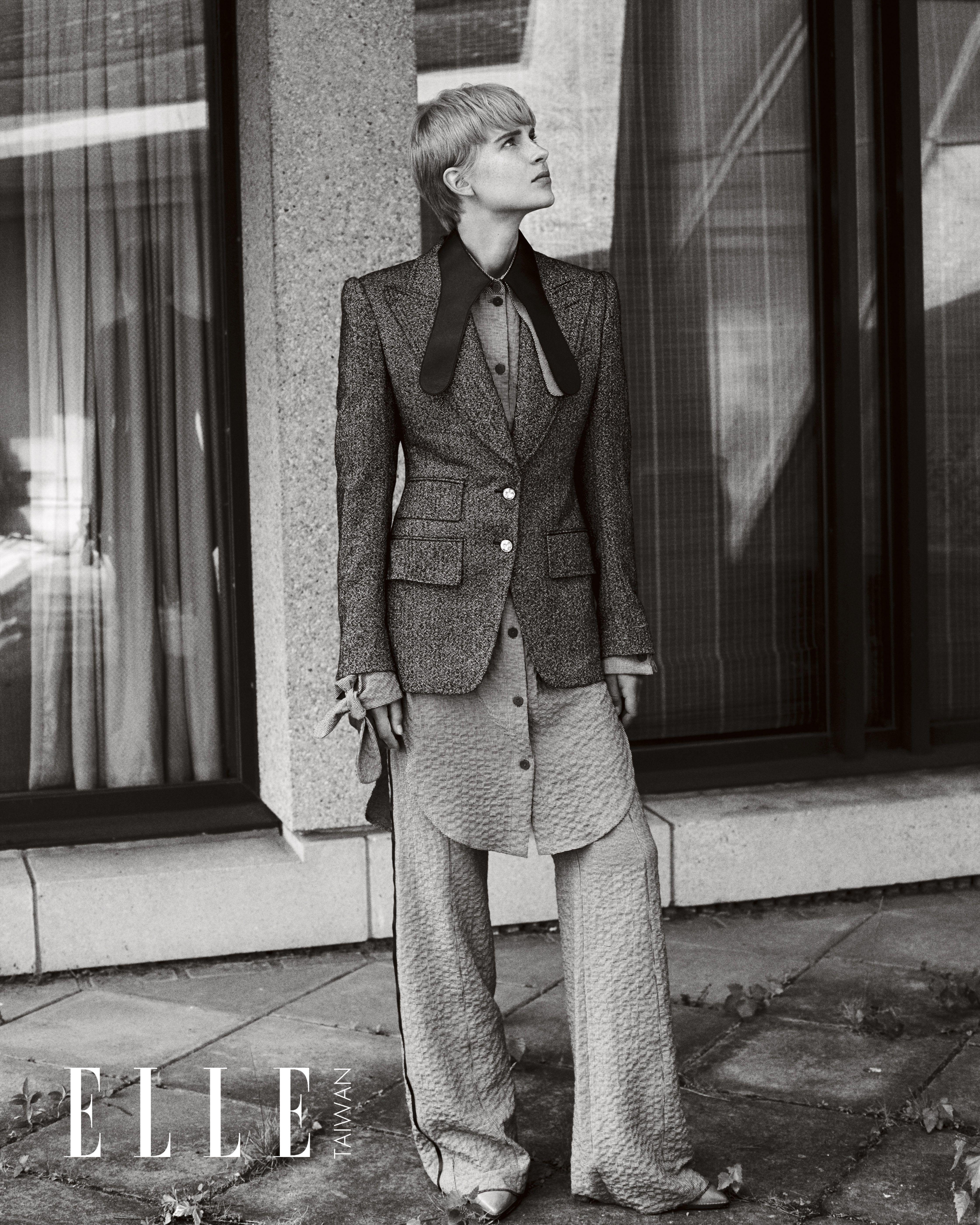 灰色大翻領單排扣西裝外套(TOM FORD);皮領單色襯衫、西褲(BOTH BY LOEWE);黃褐色皮靴(ISABEL MARANT)。
