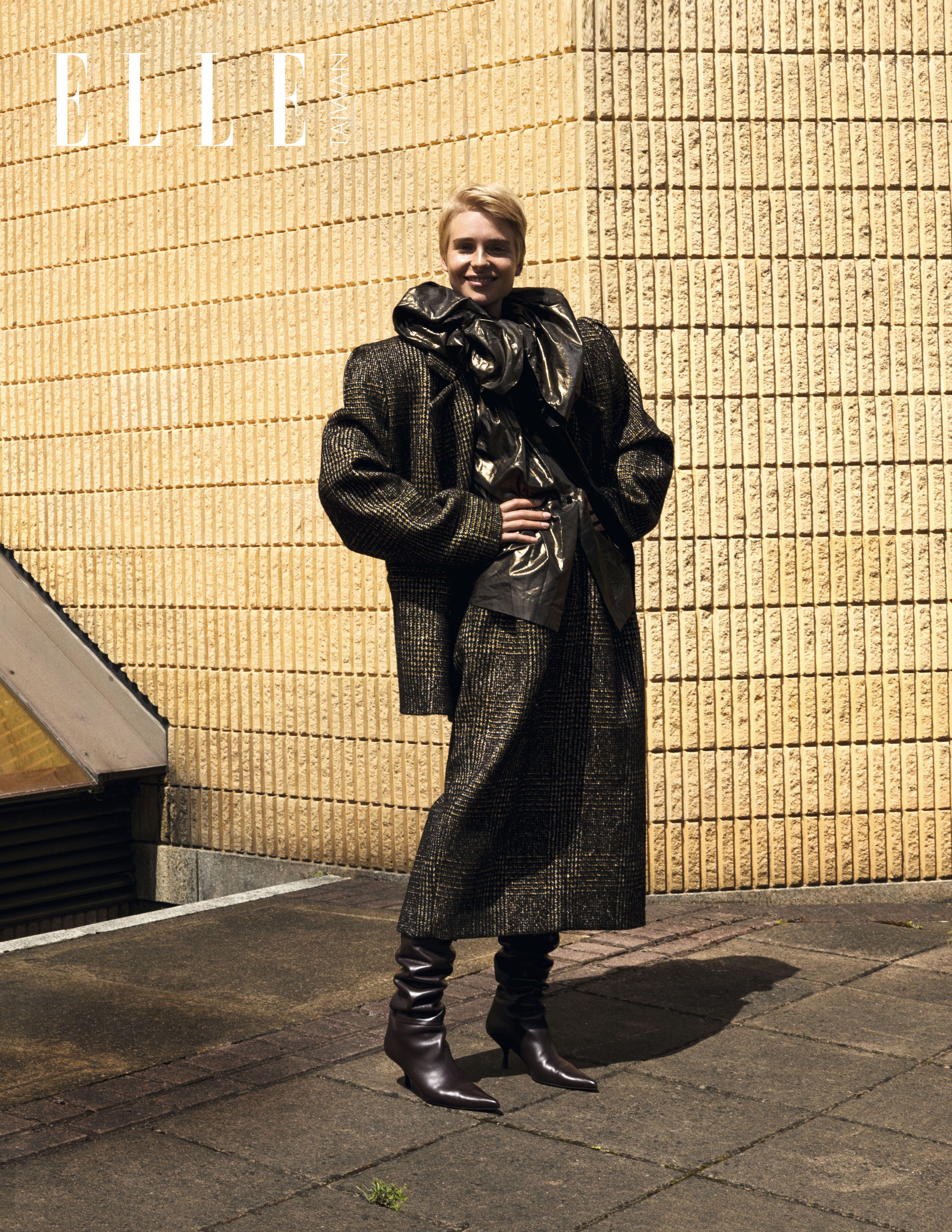 超大廓形格紋外套、格紋毛呢長裙、黑色亮面造型上衣(ALL BY MARC JACOBS);酒紅低跟高筒皮靴(THE ROW)。