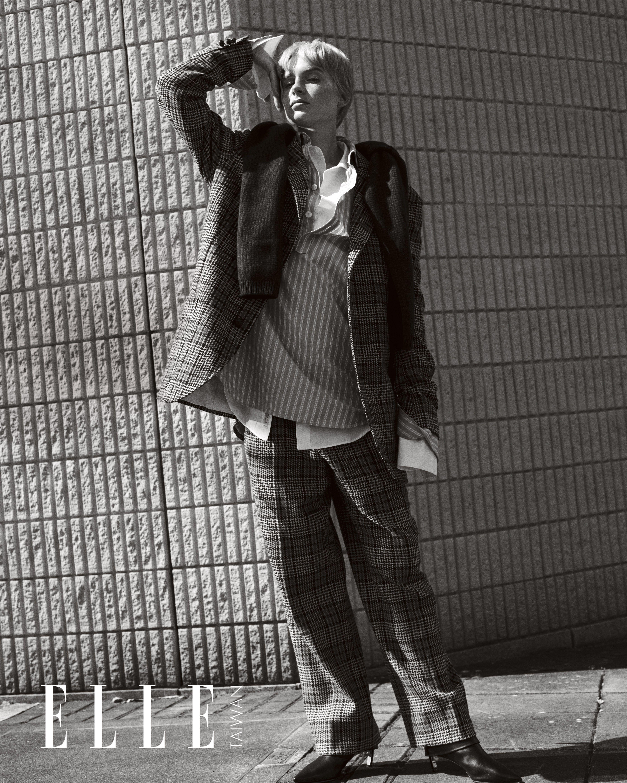 酒紅色毛衣、格紋西裝外套、條紋襯衫、格紋西褲(ALL BY GUCCI);白色襯衫(P.I.C);黑色尖頭皮靴(NICHOLAS KIRKWOOD)。